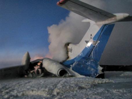 Рейс Москва-Сургут: после пожара самолет развалился на куски. Фото: РИА Новости