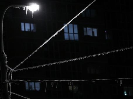 В Подмосковье не удается справиться с последствиями снегопада, 18 районов остаются без света. Фото: РИА Новости