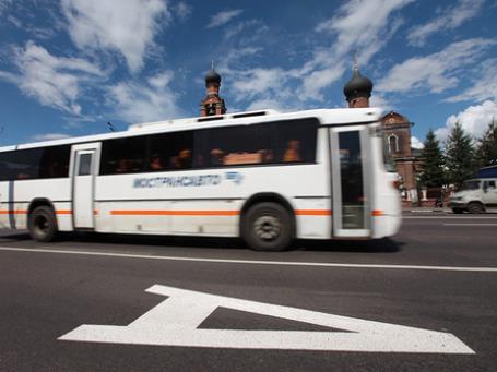 Не все автомобилисты успели привыкнуть к новшеству и, например, на проспекте Андропова многие из них пока игнорируют новую дорожную разметку и знаки, обозначающие полосу для общественного транспорта. Фото: РИА Новости