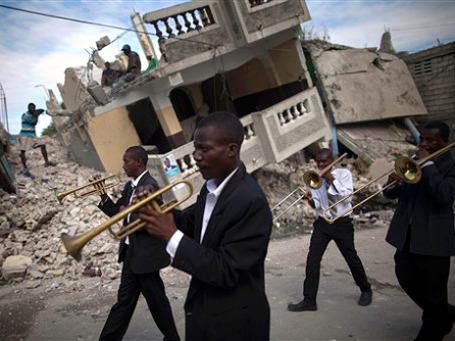 Гаити до сих пор не может оправиться от разрушительного землетрясения год назад. Фото: АР