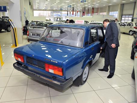 Благодаря утилизационной программе автомобили ВАЗ 2105/2107 вновь заняли вершину пьедестала, обойдя конкурентов по объемам продаж.Фото: Митя Алешковский/BFM.ru