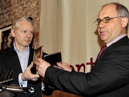 Рудольф Элмер (справа) cдал данные о банковских счетах около 2 тысяч клиентов Джулиану Ассанжу (слева). Фото: AP