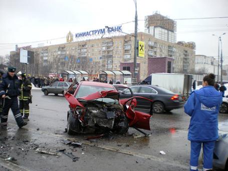 Авария на Ленинском проспекте случилась 25 февраля 2010 года у дома 30. Фото: РИА Новости