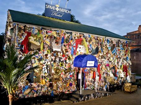 Из мусора, собранного на пляжах, удалось построить целый отель. Его соорудили в назидание тем. кто не заботится об экологии. Фото: weheart.co.uk