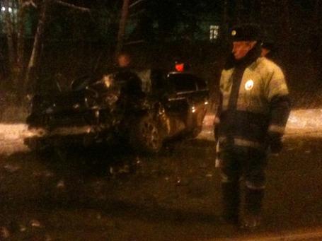 Сотрудник ДПС на месте аварии на Рублево-Успенском шоссе. Фото: РИА Новости
