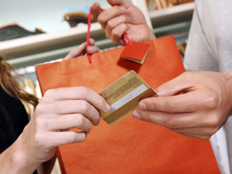 Женщины чаще склонны сорить деньгами при помощи кредитных карт. Фото: PHotoXpress