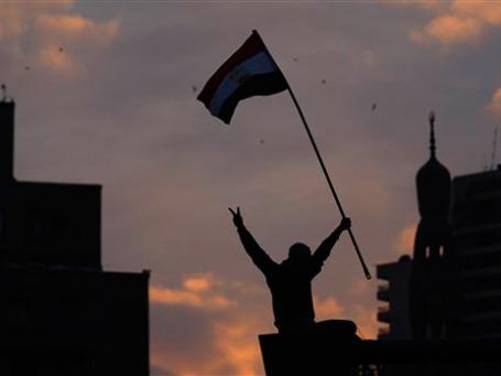 Пока что на улицах Каира демонстранты выходят не с религиозными лозунгами, а с флагами Египта. Фото: AP