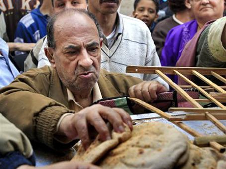 Рост мировых цен на продовольствие в последние месяцы не является глубинной причиной арабского восстания. Тем не менее, он стал спусковым механизмом, включившим порочный круг. Фото: AP