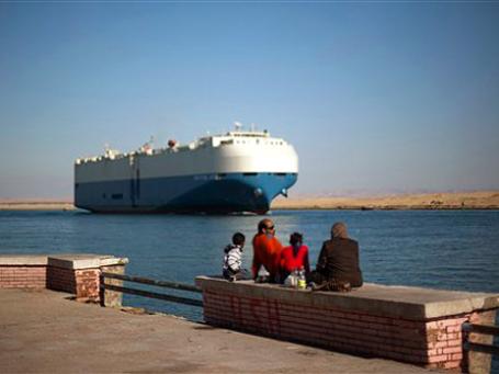 Через Суэцкий канал перевозится примерно 2 млн баррелей нефти в сутки, что составляет примерно 5% совокупного глобального транзита «черного золота».  Фото: АР
