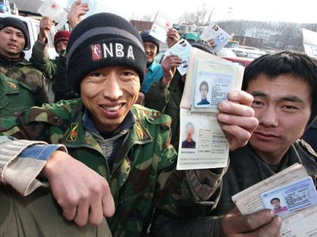 ФМС России выдала в 2010 году около 160 тысяч патентов мигрантам, которые хотят работать у частных лиц. Фото: РИА Новости