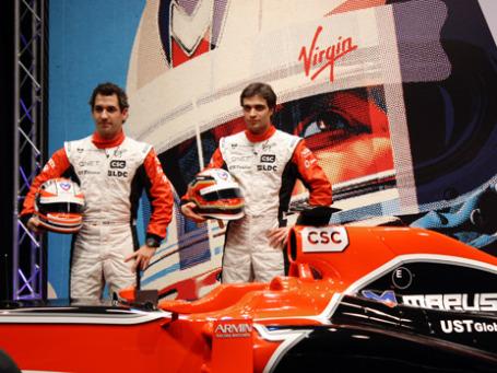 Пилоты команды Marussia Virgin Racing Тимо Глок и Жером Д'Амброзио (слева направо) позируют возле нового гоночного болида MVR-02 во время презентации. Фото: РИА Новости