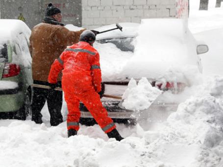 Из-за очень снежной зимы будет увеличено финансирование коммунальных служб, занятых вывозом снега в столице. Фото: РИА Новости