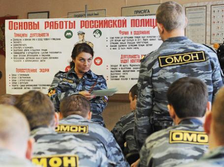 Сотрудники милиции во время подготовки к переаттестации, которая будет проведена в связи с вступлением в силу с 1 марта 2011 года закона «О полиции». Фото: ИТАР-ТАСС