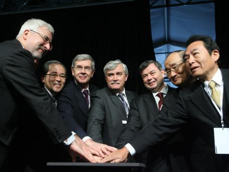 Руководители Peugeot/Citroen, Mitsubishi, Калужской области и полпред президента нажали на кнопку пуска завода. Фото: Григорий Собченко/BFM.ru