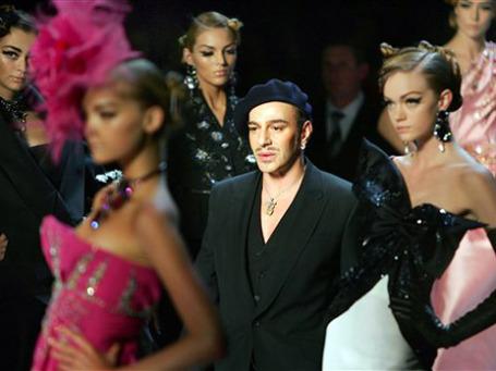 Звездный модельер Джон Гальяно поплатился карьерой за возмутительное поведение и антисемитские высказывания. Фото: AP