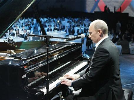 Благотворительный концерт запомнился обилием голливудских звезд и тем, что  премьер Владимир Путин пел со сцены и играл на рояле. Фото: AP