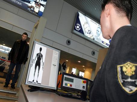 Аппараты для рентген-сканирования установлены во многих аэропортах мира. Геннадий Онищенко считает их опасными. Фото: РИА Новости