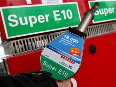 Появившийся на заправках экологический бензин E10 пока не прижился в Германии. 94% автовладельцев опасаются заливать в машины новое топливо. Фото: AP
