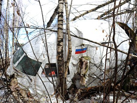 Рухнувший в полутора километрах от взлетно-посадочной полосы «Домодедово» самолет Ту-204 оказался разрушен. Фото: ИТАР-ТАСС