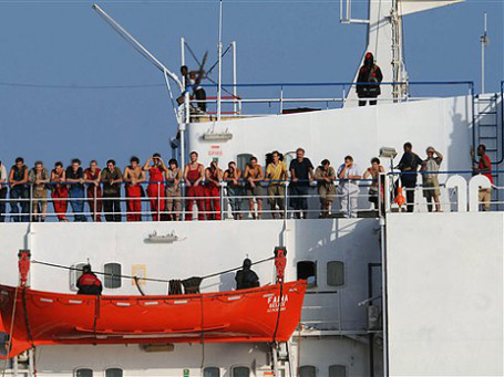 Пираты промышляют на море и на суше, они угрожают российским морякам. Фото: АР