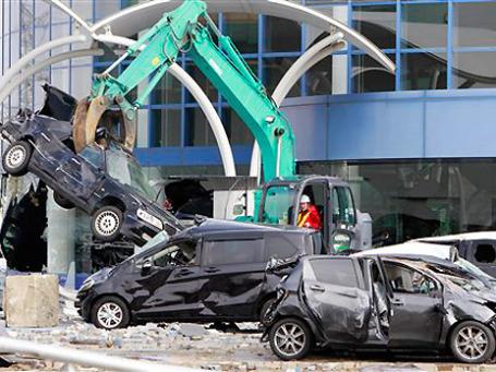 Автодилеры не исключают, что поврежденные землетрясением и водой машины могут под видом новых оказаться на российском рынке. Фото: AP
