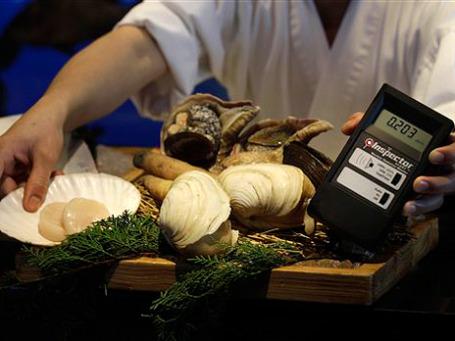 Несколько государств объявили о той или иной форме контроля над импортом японских продуктов. Фото: АР