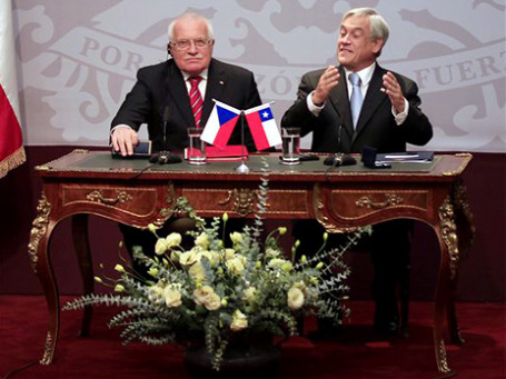 Пока чилийский президент говорил о дружбе с Чехией, президент Чехии (слева) украл ручку. Фото: AP