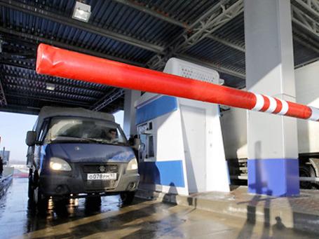 За пользование платной трассой Москва-Питер водители будут платить 3, 62 рубля за километр.Фото: РИА Новости