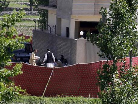 Солдаты пакистанской армии осматривают укрепленный особняк, где накануне был убит Бен Ладен. Фото: AP