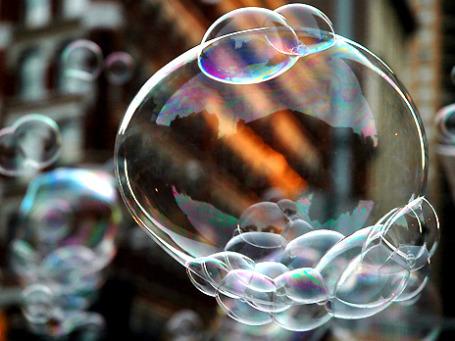 То, что пузыри лопнут, было ожидаемо. Но отчего именно сейчас и почему так сильно? Фото: LarimdaME/flickr.com