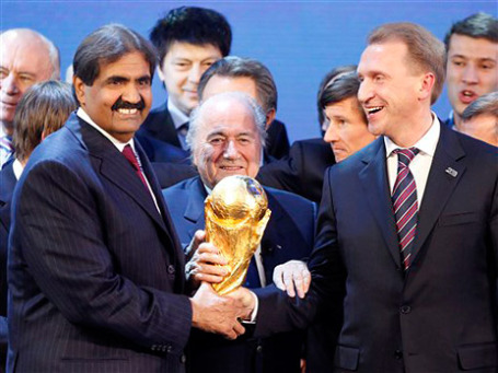 В декабре глава ФИФА Зепп Блаттер поздравлял представителей России и Катара с получением права на проведение ЧМ по футболу. Фото: AP