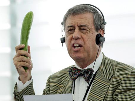 Депутат Европарламента от Испании Франсиско Соса Вагнер  взошел на трибуну с большим огурцом в руках и в ходе своей гневной речи размахивал зеленым овощем, как гранатой. Фото: APФото: ИТАР-ТАСС