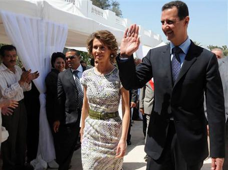 Сирийские спецслужбы организуют народное ликование всякий раз, когда президент Асад и его жена появляются на публике.  Фото: AP