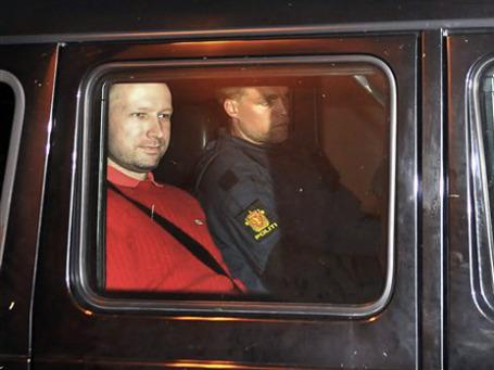 Андерса Брейвика в понедельник доставили в суд, где он заявил, что действовал не один. Фото: AP