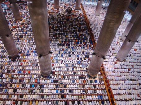 Мусульмане отмечают молитвой начало священного месяца Рамадан, мечеть в Джакарте, Индонезия.  Фото: AP
