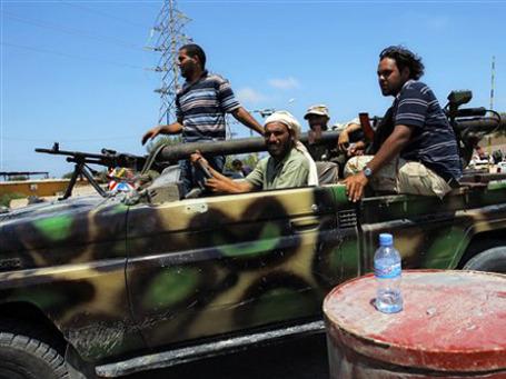 В Триполи, большую часть которого контролируют повстанцы, подходят все новые силы противников Каддафи. Фото: AP