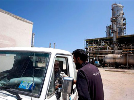 Нефтеперерабатыващий завод в ливийском городе Завия. Фото: AP