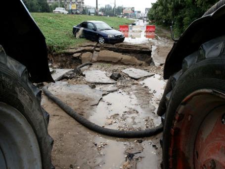Автомобиль Hyundai, который провалился в яму в Самаре, скрытую дождевыми водами. Фото: РИА Новости