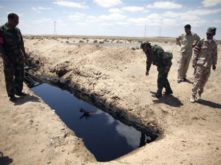 Гражданская война в Ливии привела в первом полугодии к резкому сокращению, а в мае и июне — в фактической приостановке экспорта нефти. Фото: AP