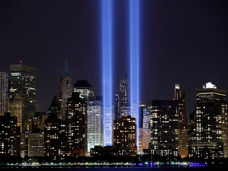 На месте лучей от мощных прожекторов до 11 сентября 2001 года стояли здания Всемирного торгового центра. Фото: cattias.photos/flickr.com