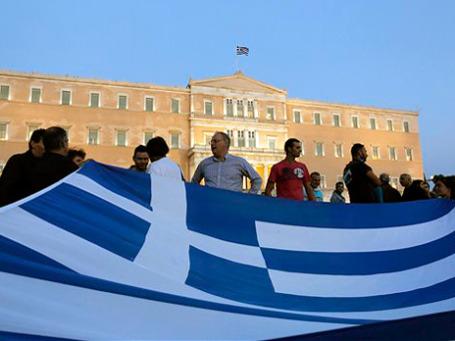 У греков нарастает градус возмущения из-за планов бюджетной экономии, предусматривающих новое сокращение зарплат и увольнения бюджетников. Фото: AP