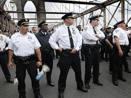 Нью-йоркские полицейские задержали свыше 700 антиглобалистов на Бруклинском мосту.  Фото: AP