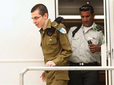 Гилад Шалит возвращается домой. Фото: AP