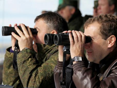 Как расходуется военный бюджет, интересует и президента Медведева, и министра обороны Сердюкова. Фото: РИА Новости