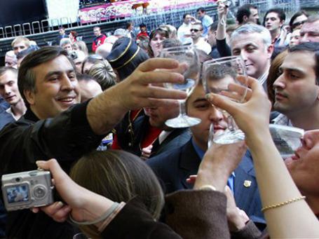 Президент Саакашвили словом и делом доказывает качество грузинского вина. Фото: AP