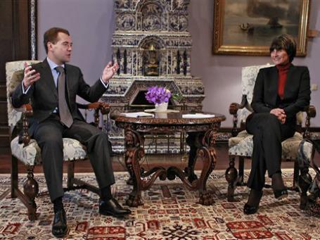 Президент России Дмитрий Медведев благодарит президента Швейцарии Мишлин Кальми-Рей за посредничество Швейцарии  в переговорах по вступлению России в ВТО. 30 октября 2011 года. Фото: AP