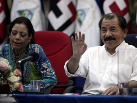 В президентской чете Никарагуа роли распределены четко и давно: Даниэль Ортега голова, его жена Росарио Мурильо — шея. Фото: AP