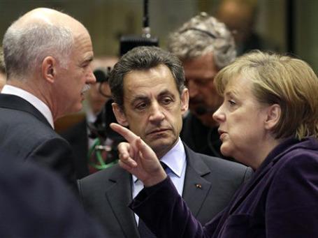 Канцлер Германии Ангела Меркель разговаривает с премьер-министром Греции Георгиосом Папандреу (слева) и президентом Франции Николя Саркози. Фото: AP