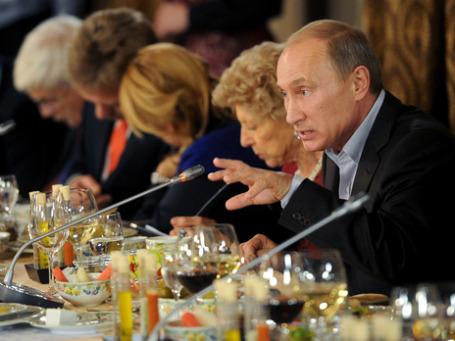 На встрече с членами клуба «Валдай» Владимир Путин разоблачил интервенционистскую политику Запада и заверил иностранцев в гармонии между российскими элитами и обществом. Фото: ИТАР-ТАСС
