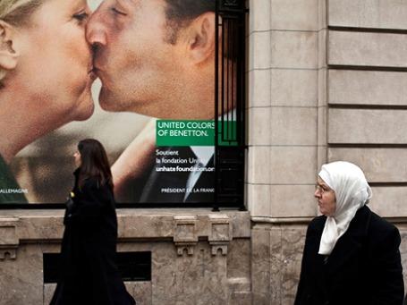 Часто выступающие как непримиримые оппоненты Ангела Меркель и Николя Саркози по воле Benetton слились в продолжительном рекламном поцелуе.  Фото: unhate.benetton.com